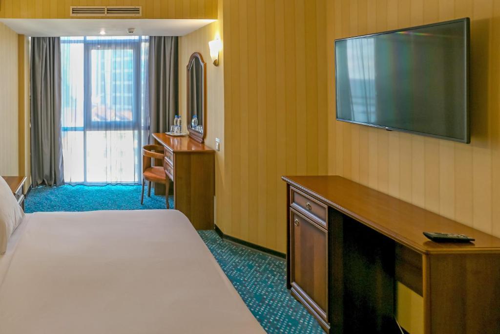 Телевизор и/или развлекательный центр в Marins Park Hotel Sochi