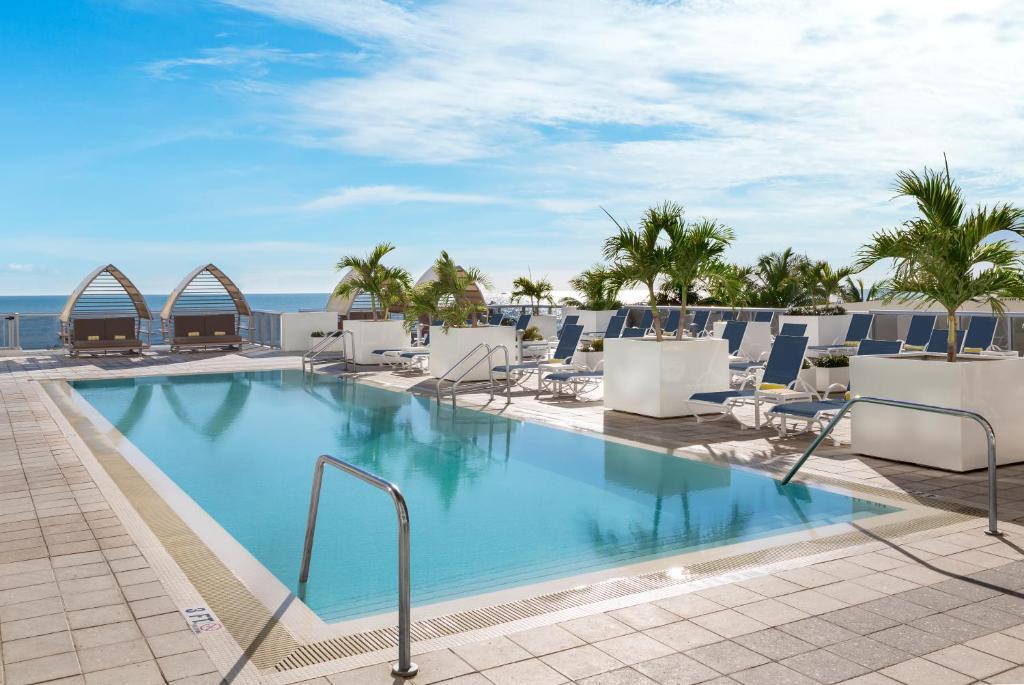 A piscina localizada em Hilton Cabana Miami Beach ou nos arredores