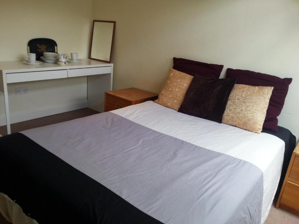 South Central Basic Tourist Rooms tesisinde bir odada yatak veya yataklar