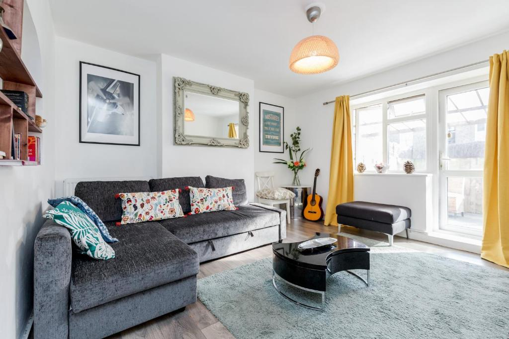A seating area at Sunshine Apartments - Chichester House