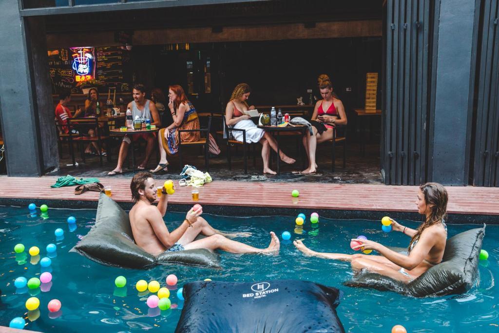 Der Swimmingpool an oder in der Nähe von BED STATION Hostel Khaosan