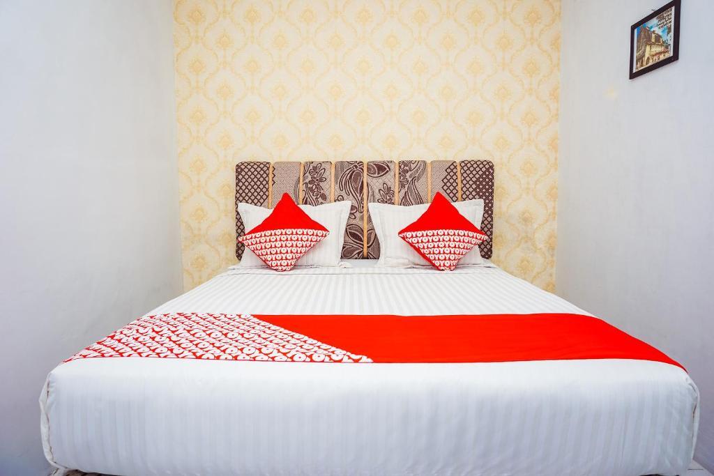 En eller flere senger på et rom på OYO 433 Nelvi Residence Syariah