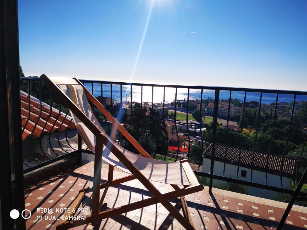 Balcone o terrazza di mansarda mare bella vista