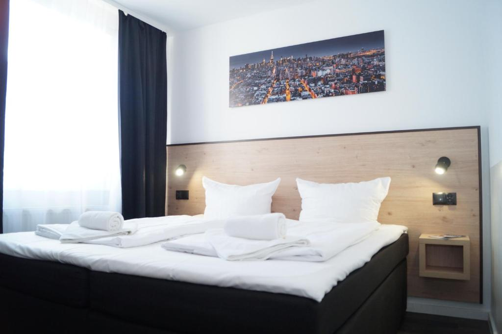 A bed or beds in a room at Hannover-City-Pension