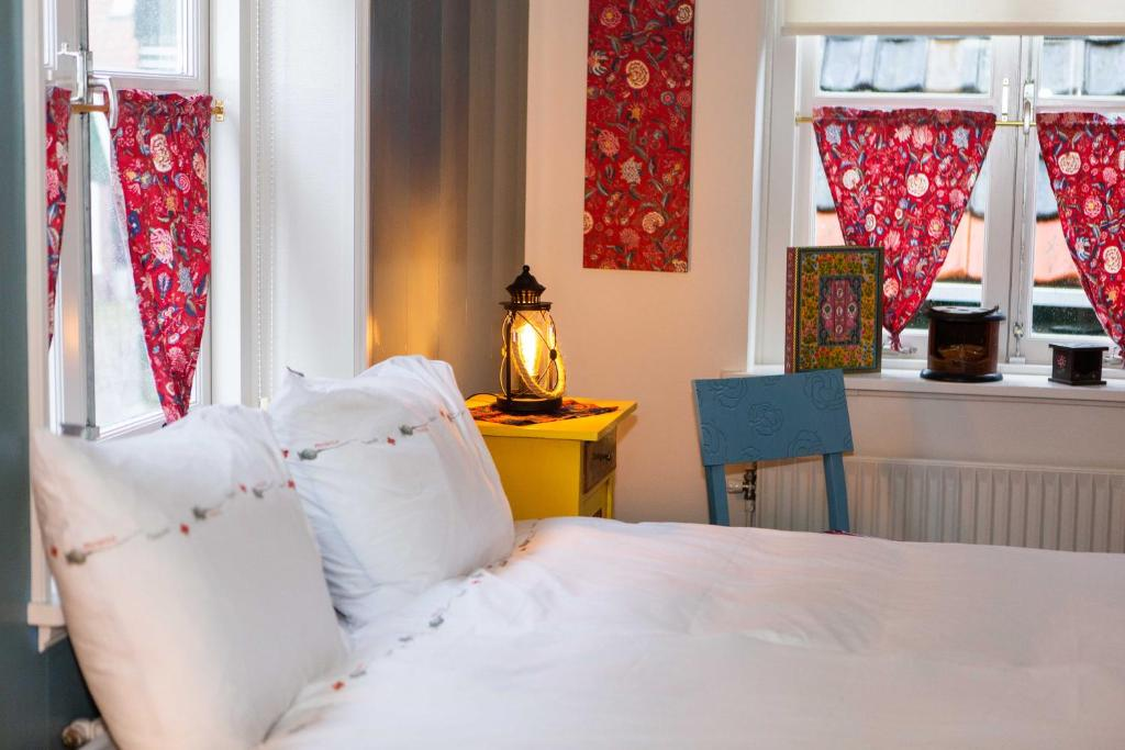 A bed or beds in a room at Bed and Breakfast De Pepersteeg