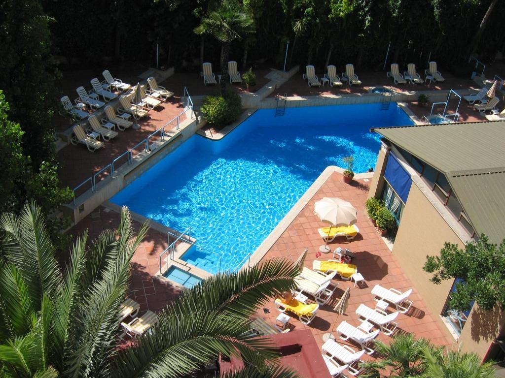 Widok na basen w obiekcie Aldrovandi Residence City Suites lub jego pobliżu