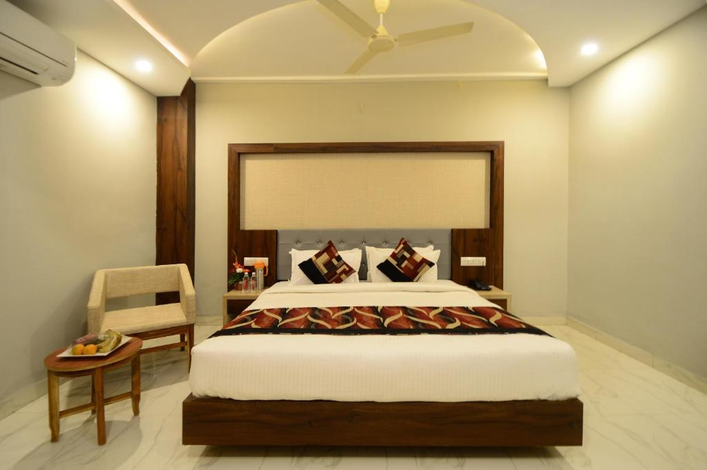 A bed or beds in a room at Hopp Inn Udaipur