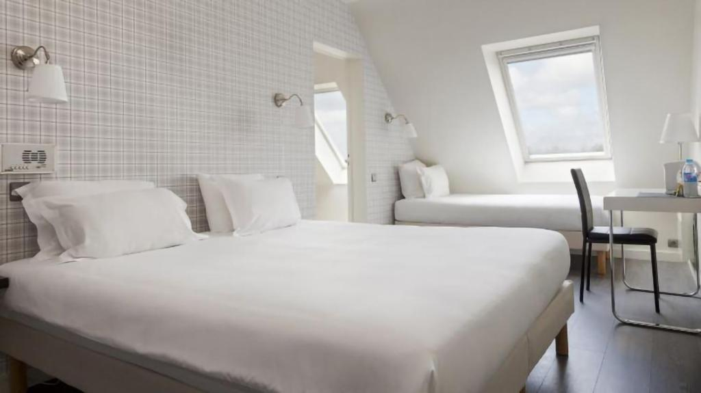 A bed or beds in a room at La voile rouge
