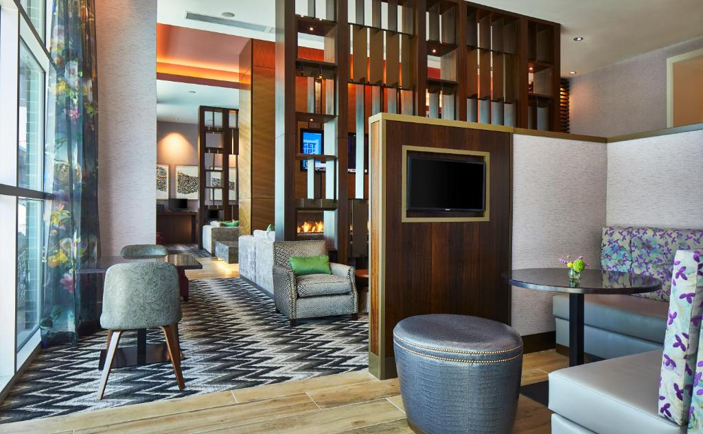 The lounge or bar area at SpringHill Suites by Marriott Nashville Downtown/Convention Center