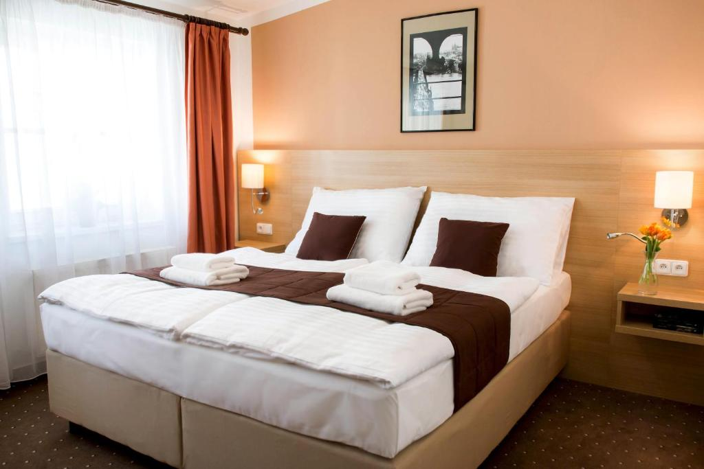 A bed or beds in a room at Hotel Karlin