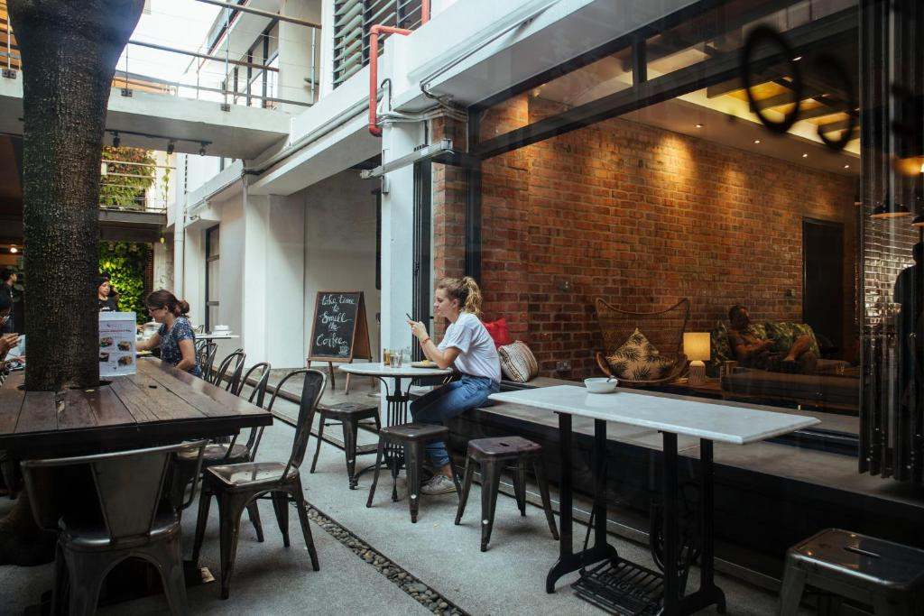 A restaurant or other place to eat at BackHome Kuala Lumpur
