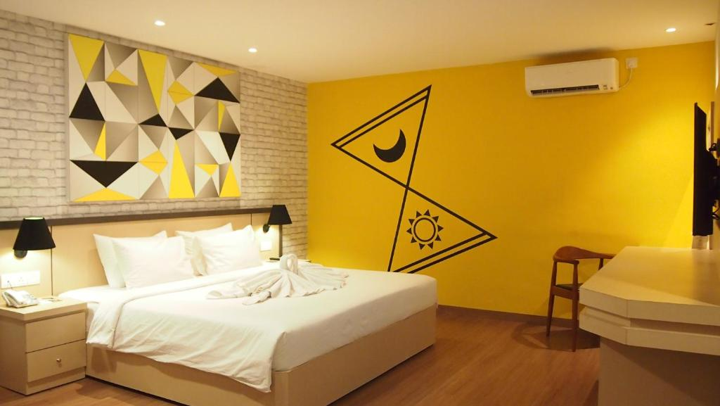 A bed or beds in a room at Nite & Day Laguna Bintan