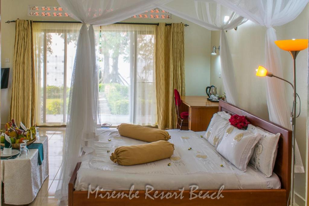 Ein Bett oder Betten in einem Zimmer der Unterkunft Mirembe Resort Beach Hotel