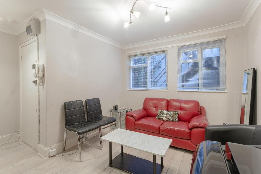 A seating area at Modern 1 Bedroom Apartment in Bayswater