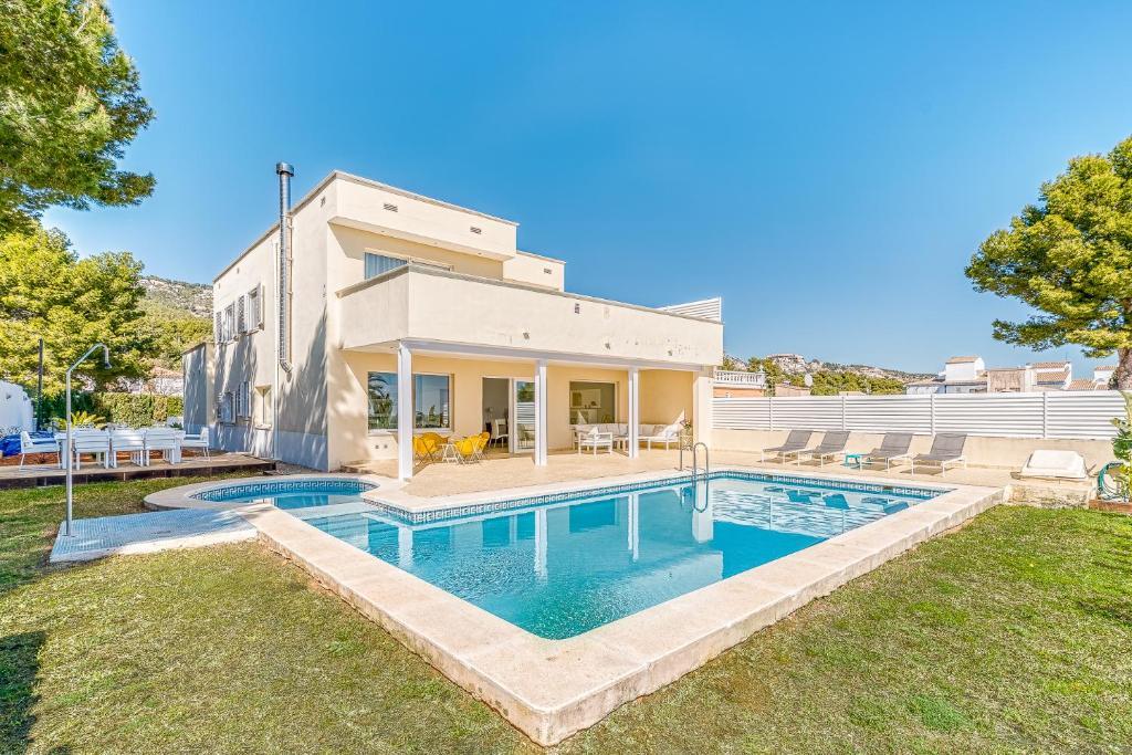 Preciosa villa con piscina, jardín y vistas al mar ...