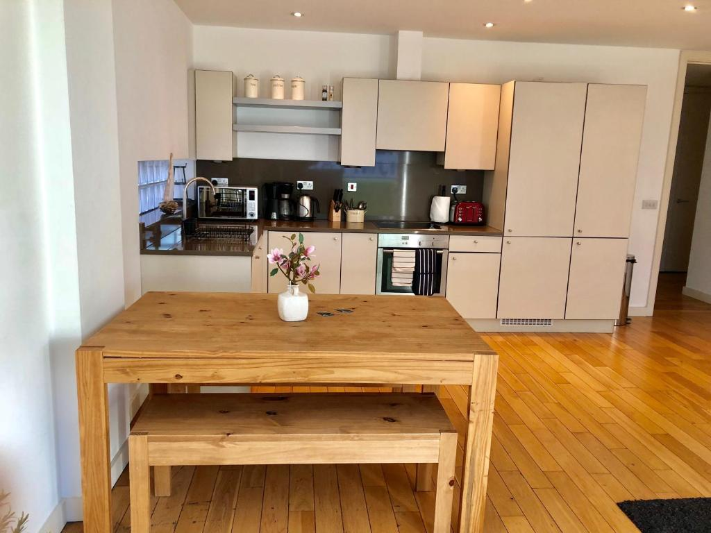 A kitchen or kitchenette at City Short Stays Aldgate East Studios