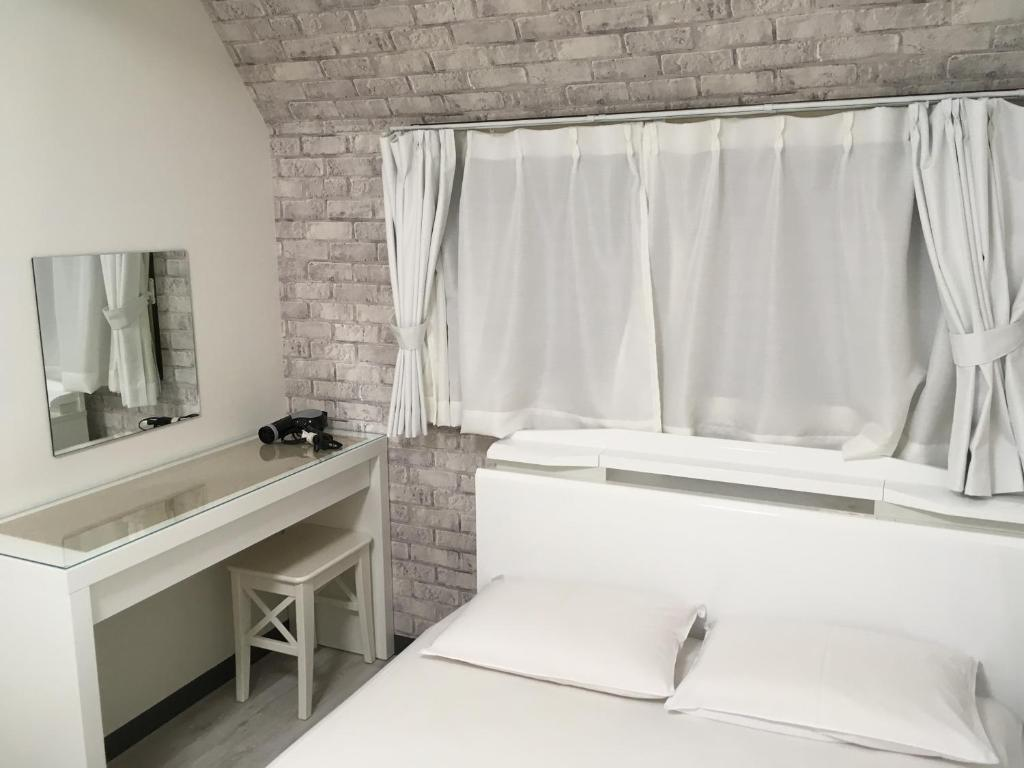A bed or beds in a room at Hyu House