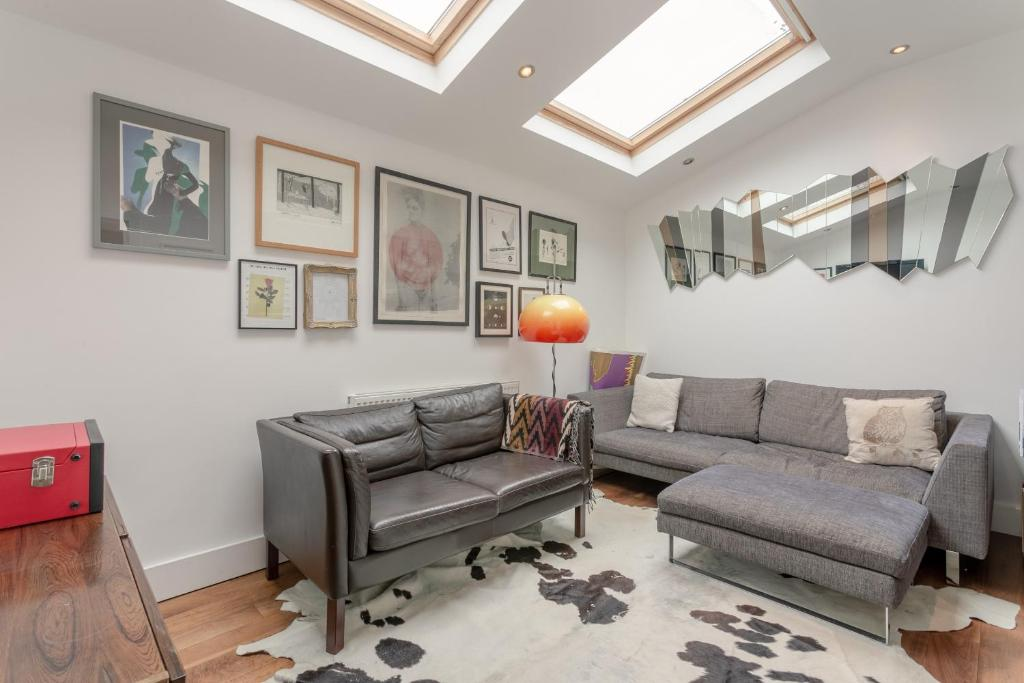 A seating area at Vibrant 2 Bedroom Home