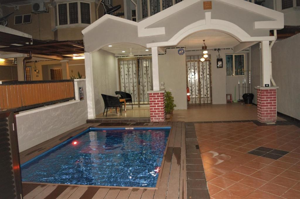 The swimming pool at or near Gallery@7Homestay