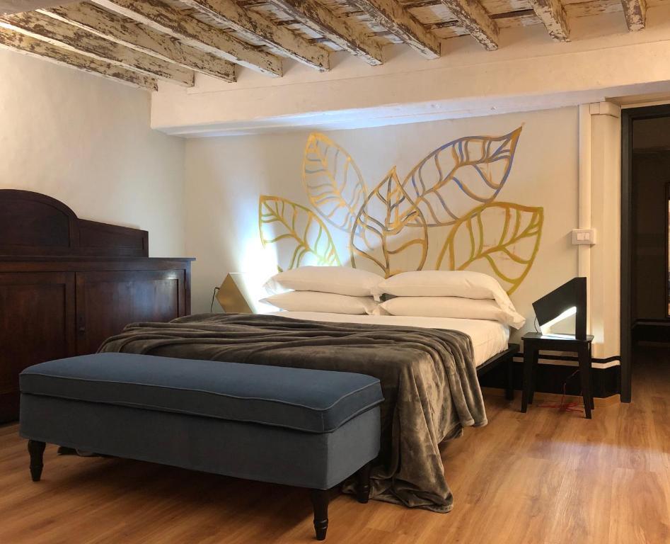 Een bed of bedden in een kamer bij Istay - Vecchietti 6 romantico mezzanino centralissimo