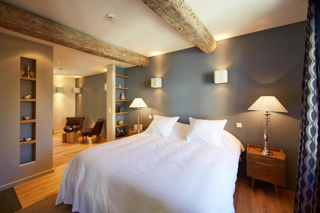 A bed or beds in a room at Les Chambres de l'Oustalet