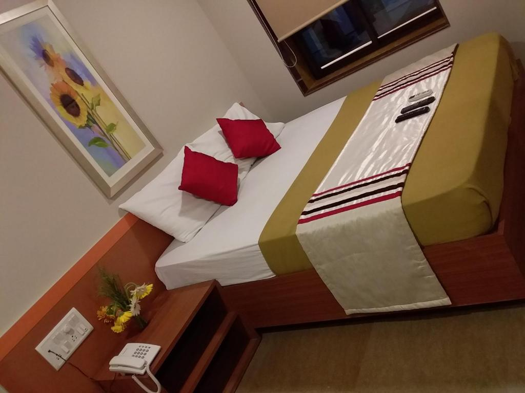 A bed or beds in a room at Sai Palace Express(Shirdi)