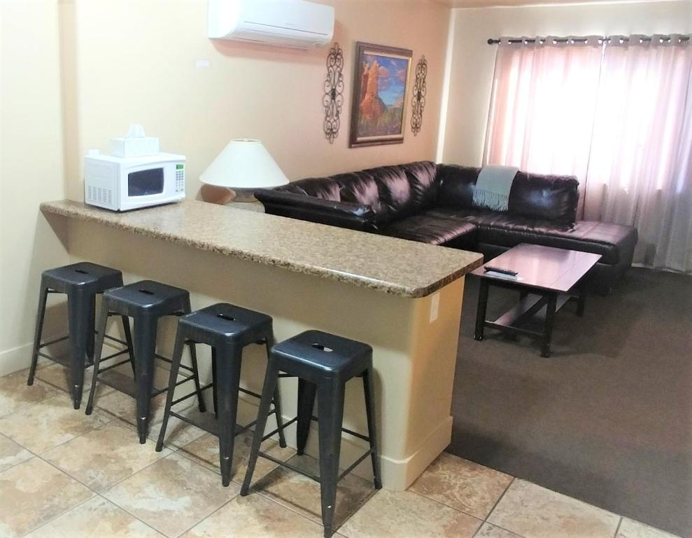 The lounge or bar area at Lake Powell Motel & Apartments