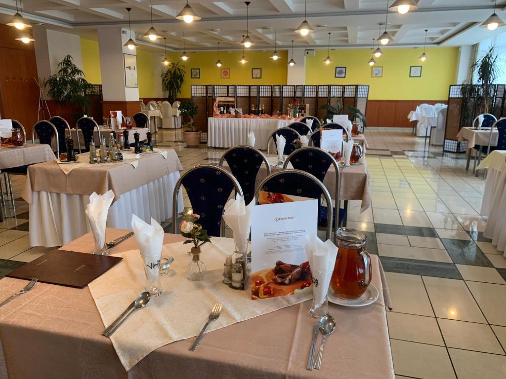 Hotel Patriot tesisinde bir restoran veya yemek mekanı