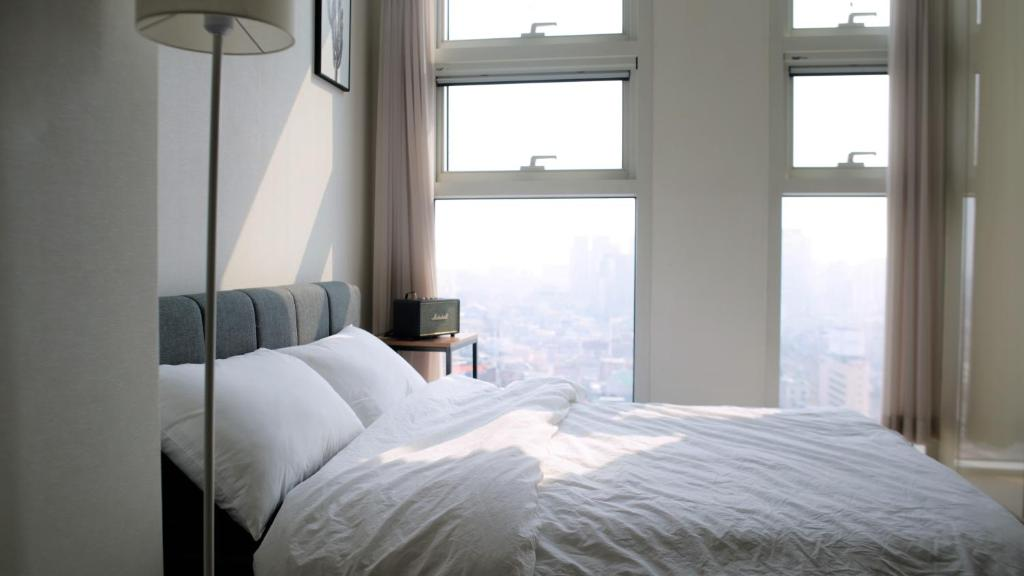 A bed or beds in a room at Seoul Pr. Modern Studio
