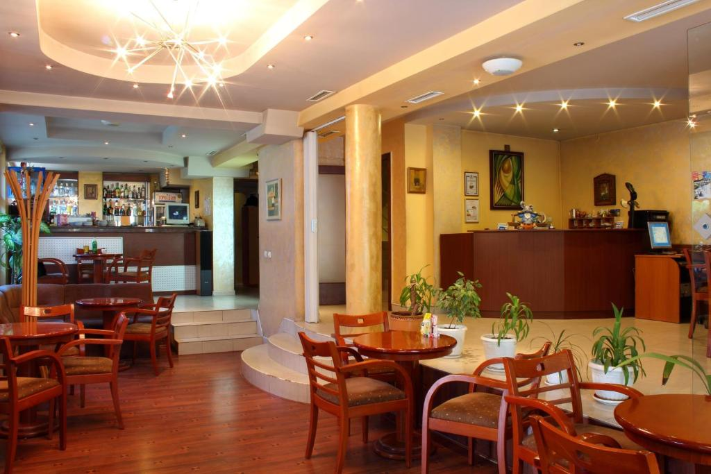 A restaurant or other place to eat at Fenix Hotel