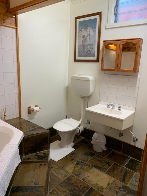 A bathroom at Stratford Motel