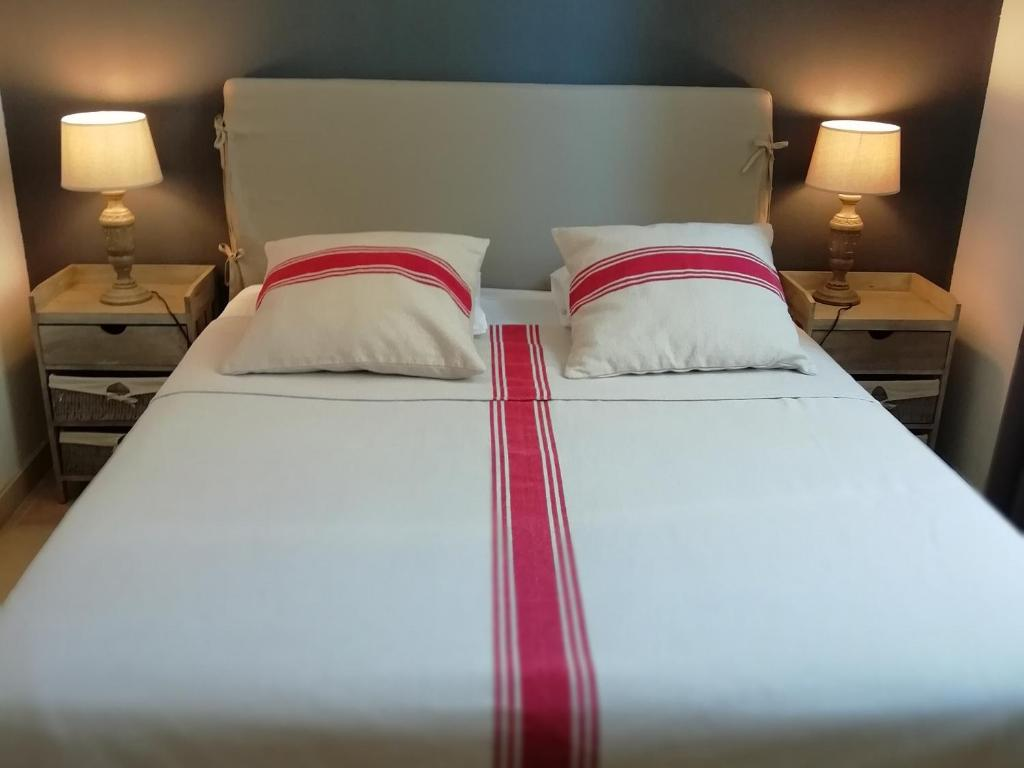 A bed or beds in a room at Un Coin De Luberon