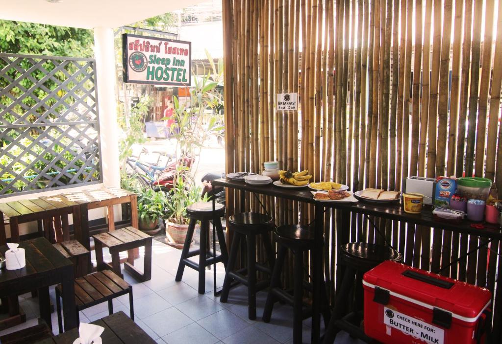 Un restaurante o sitio para comer en Sleep Inn Hostel Koh Tao
