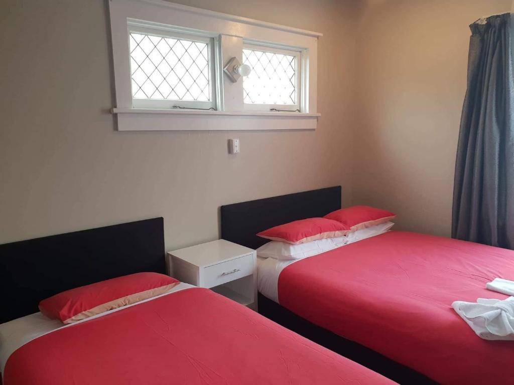 Giường trong phòng chung tại Gretna Hotel Taihape