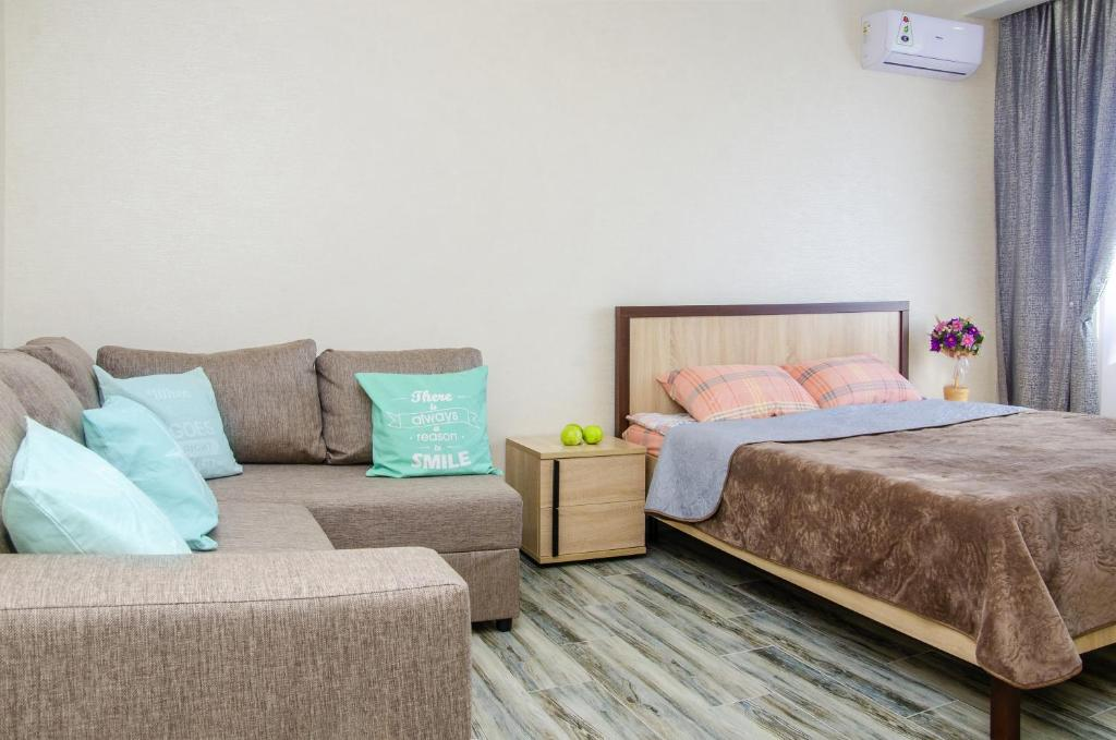 A bed or beds in a room at Apartment on Avtolyubiteley with City View