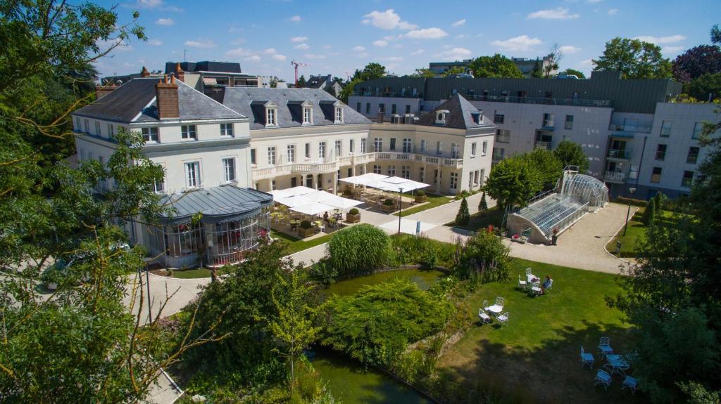 Blick auf Clarion Hotel Château Belmont Tours aus der Vogelperspektive