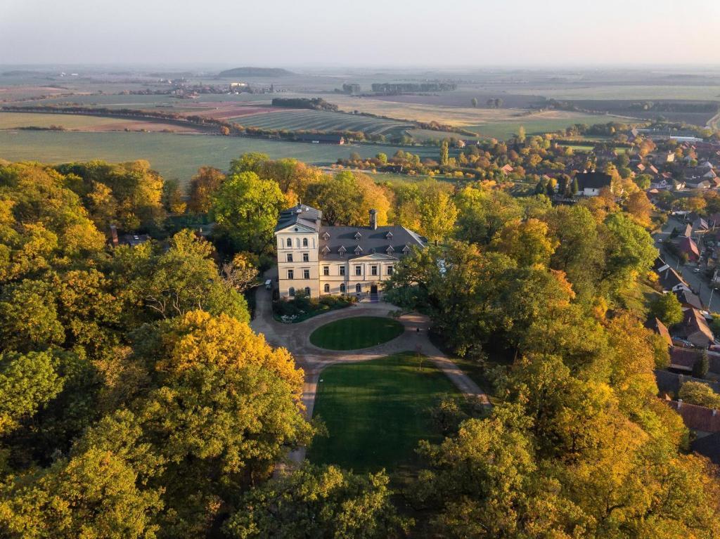 Blick auf Chateau Mcely aus der Vogelperspektive