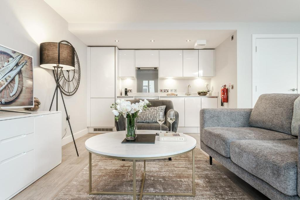A kitchen or kitchenette at Tailored Stays - Central Cambridge Studios