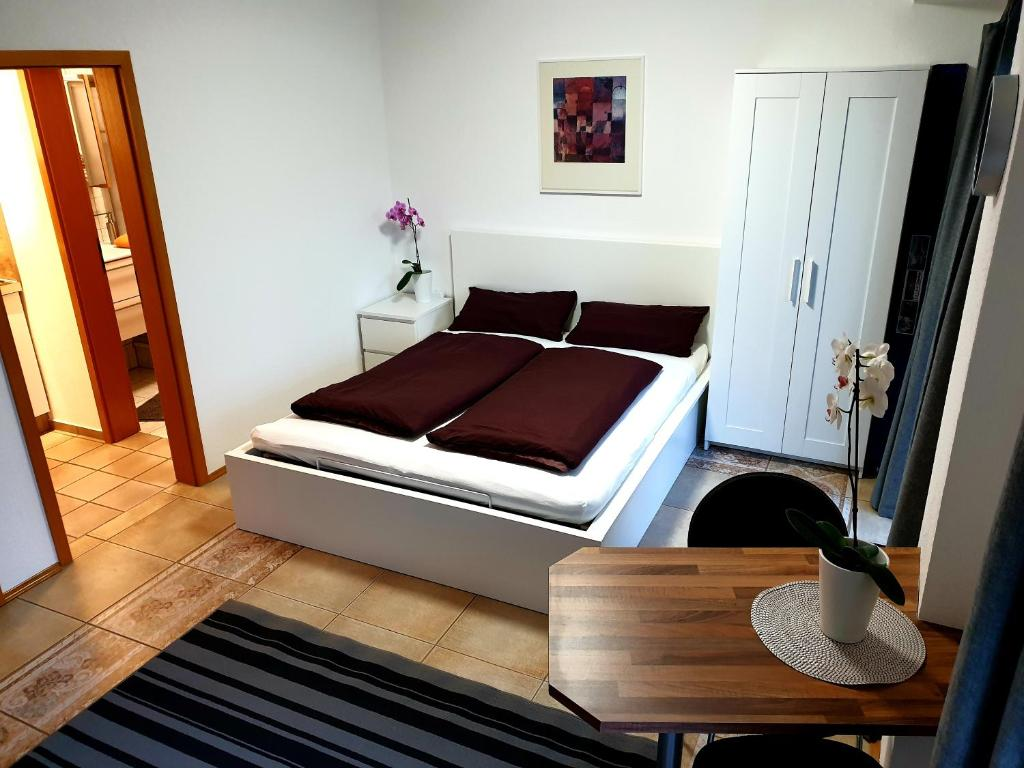A bed or beds in a room at Wohlfühl-Apartment Bad Kissingen II