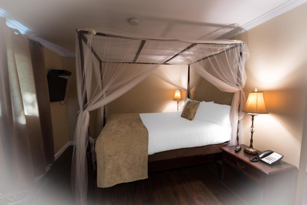 A bed or beds in a room at Hearthstone Inn - Port Hastings