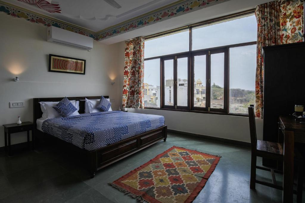 A bed or beds in a room at Le Pension Kesar Vilas, Udaipur