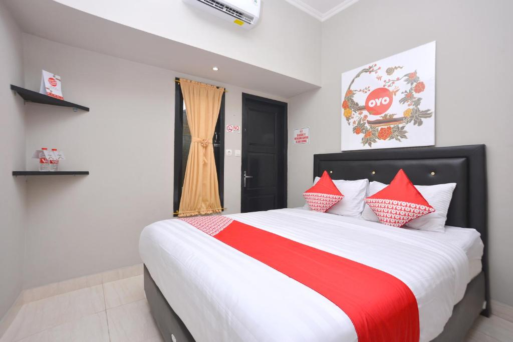 A bed or beds in a room at OYO 543 Pucuk Matahari Family Residence