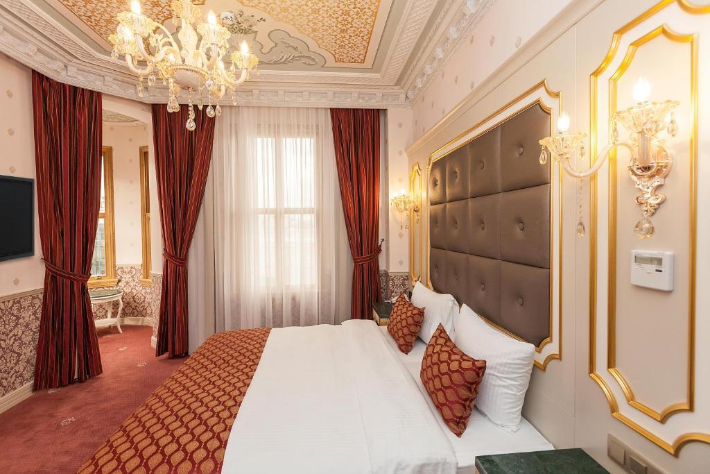 سرير أو أسرّة في غرفة في Meserret Palace Hotel