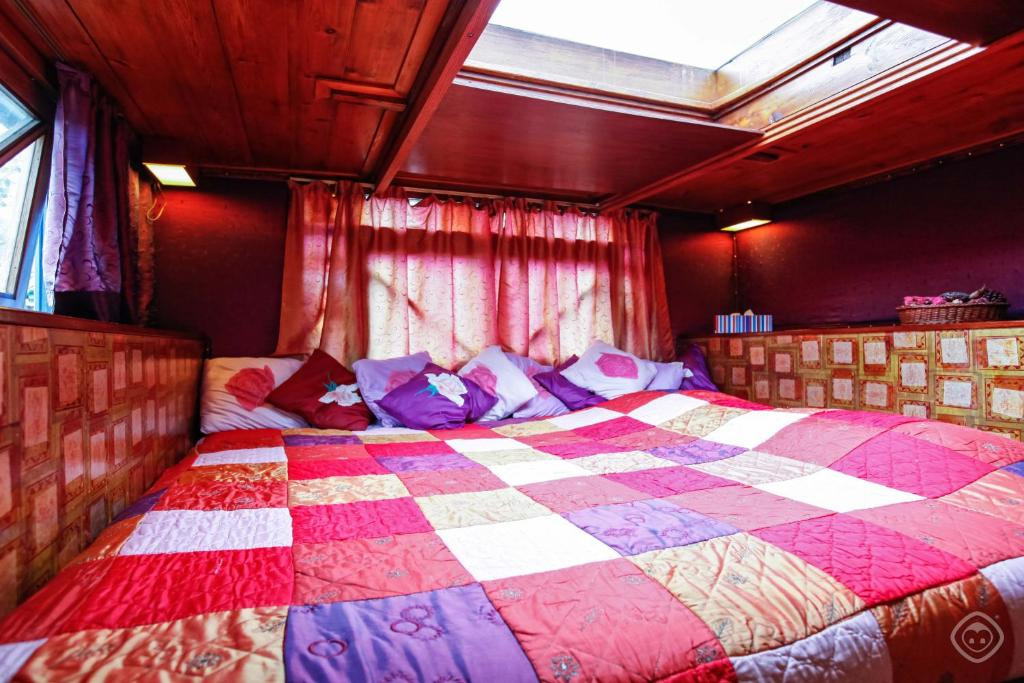 A bed or beds in a room at The Houseboat