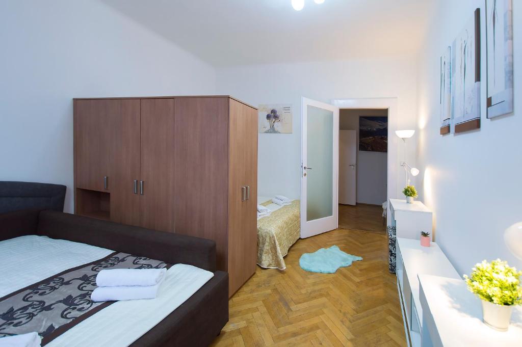Tempat tidur dalam kamar di Modern Apartment Revolucni
