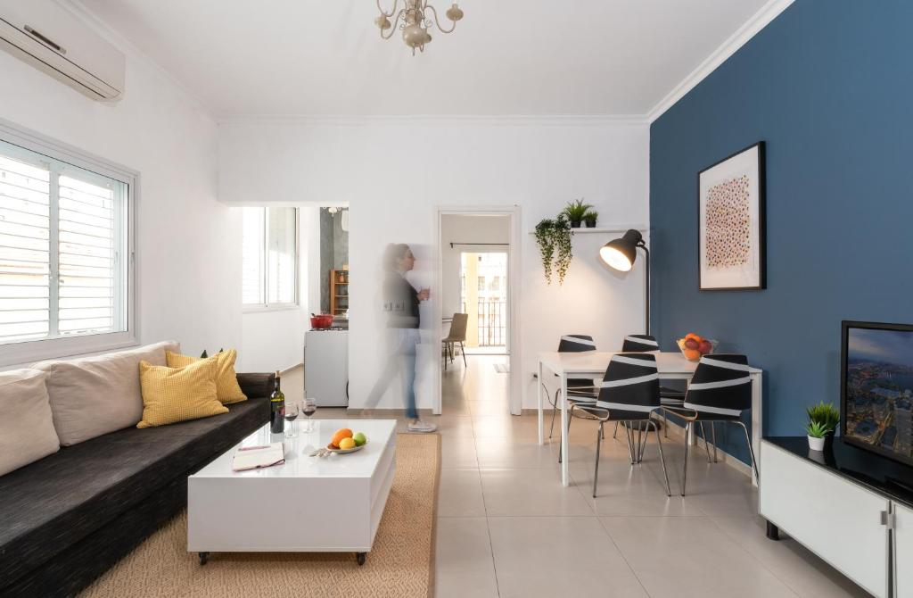 Uma área de estar em Bright & Sunny apartment by the sea