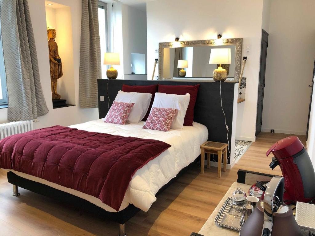 A bed or beds in a room at à la bâtisse