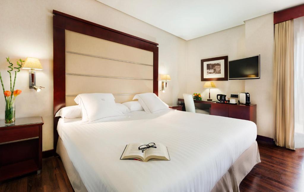 سرير أو أسرّة في غرفة في فندق فالنسيا سنتر