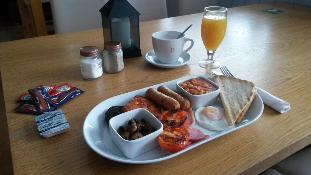 Breakfast options available to guests at Sutherlands Hotel