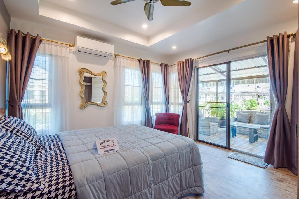 เตียงในห้องที่ Cozy House in Hua Hin, Thailand